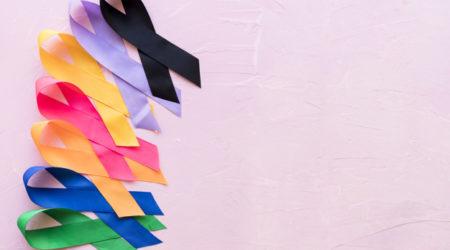 linha-de-fita-colorida-brilhante-consciencia-sobre-fundo-rosa